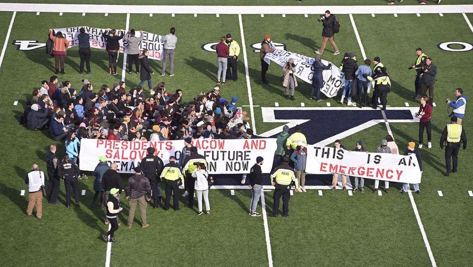 Demonstranten auf dem Spielfeld in New Haven