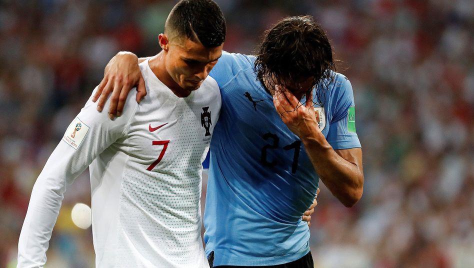 Edinson Cavani (r.) humpelt am Samstag verletzt vom Platz - gestützt von Cristiano Ronaldo