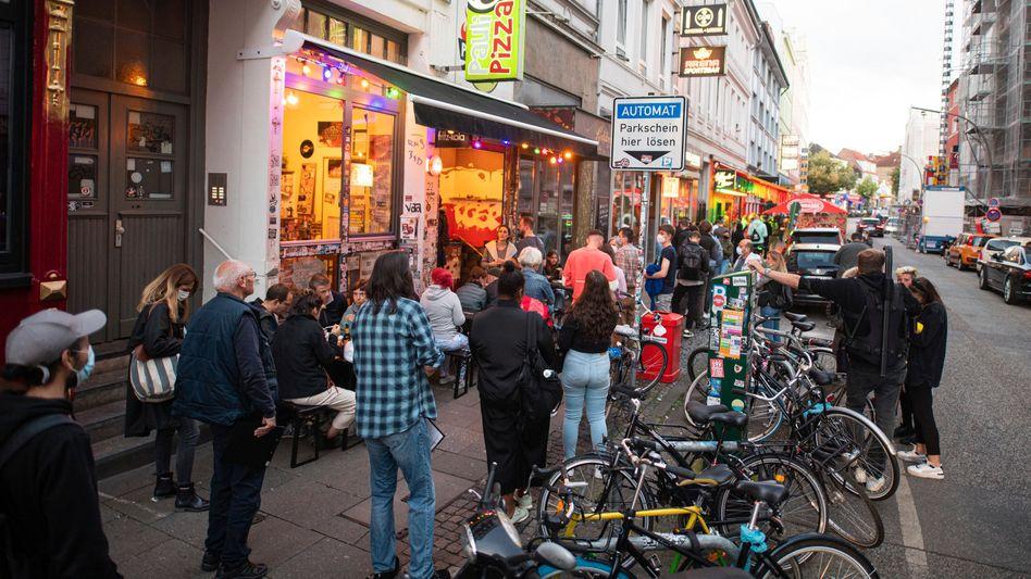 In Hamburg stehen Menschen Schlange, um sich gegen das Coronavirus impfen zu lassen