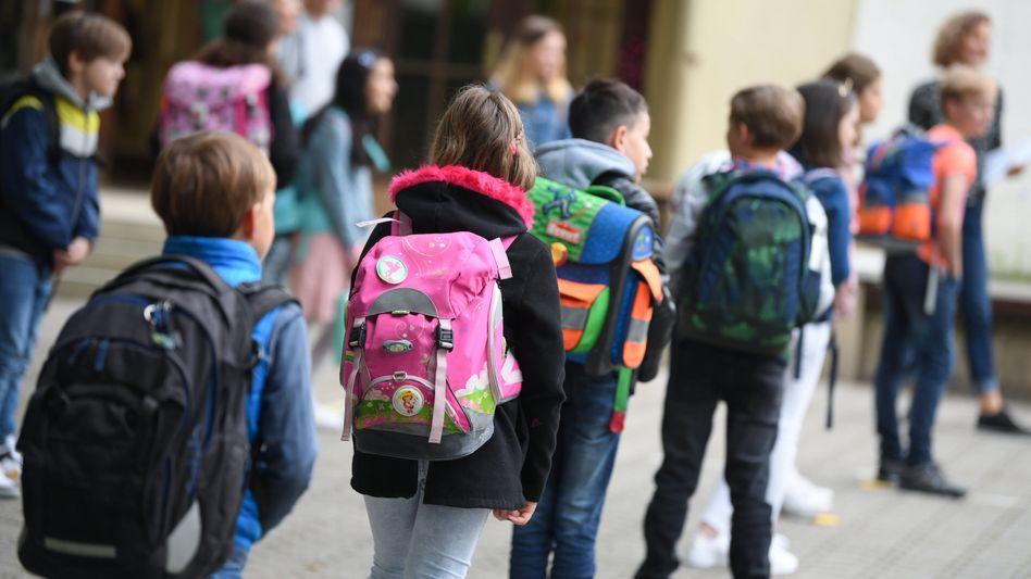 """Mit Abstand auf dem Schulhof: Kinder seien zu Beginn der Pandemie """"vollkommen vernachlässigt"""" worden, so die Grünenchefin auf ihrem Gipfel"""