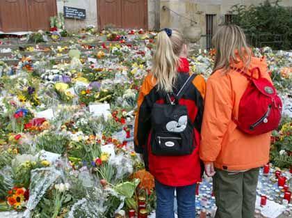 Schülerinnen vor einem Blumenmeer am Gutenberg-Gymnasium