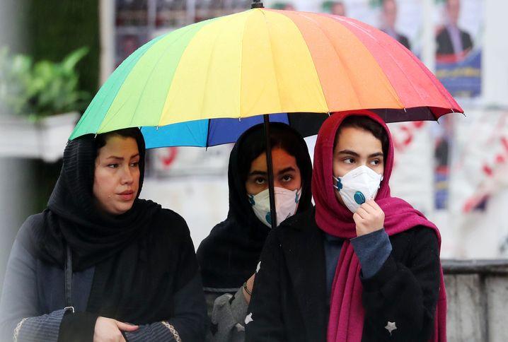 Iranerinnen in Teheran: Bürger mit Fieber können sich kostenlos testen lassen