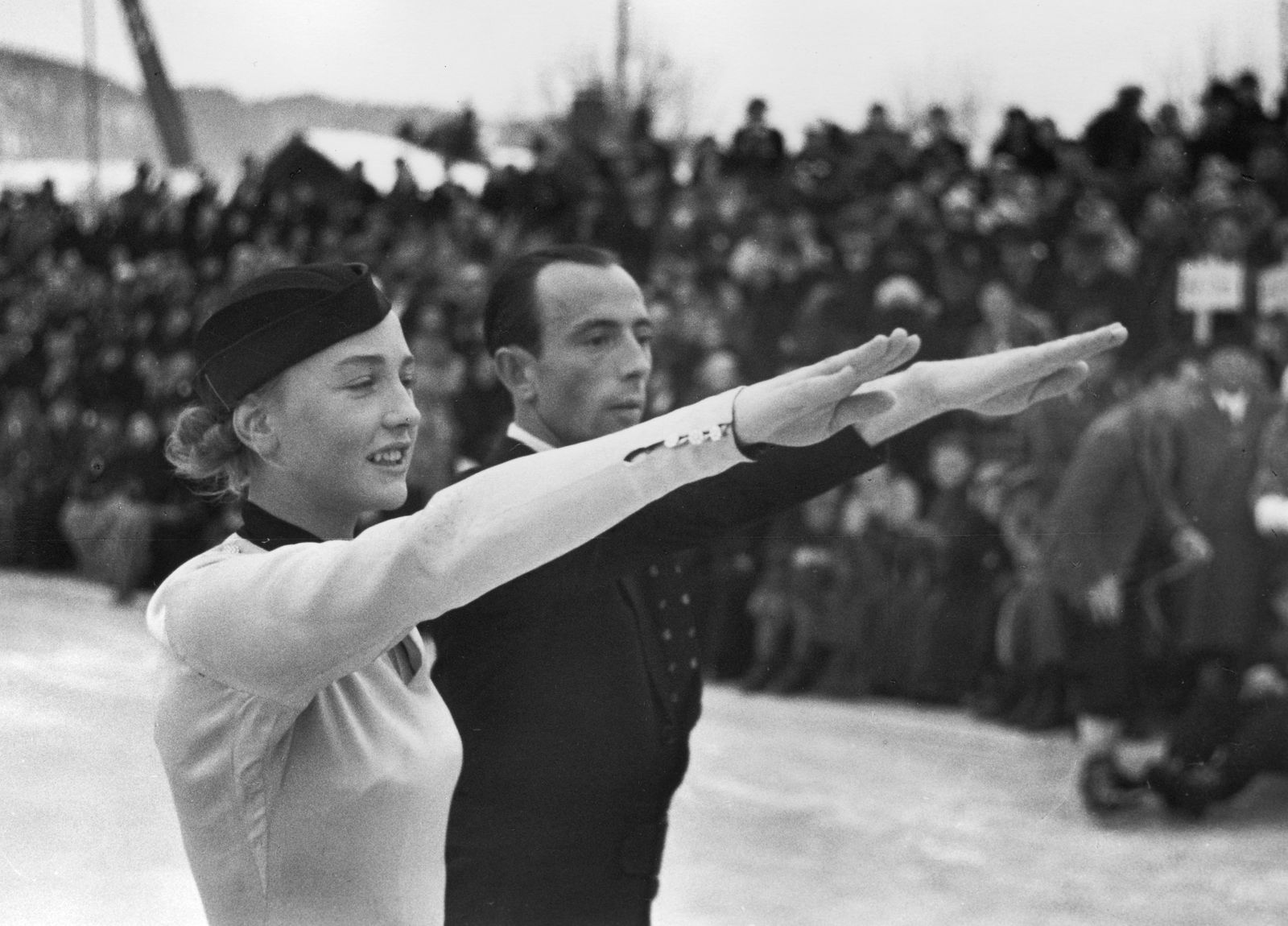 Das deutsche Eiskunstlaufpaar Maxi Herber und Ernst Baier mit Hitlergruß vor den Pressefotografen