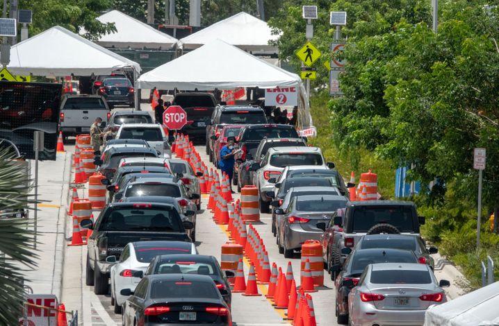 Wieder lange Schlangen: Corona-Teststation in Miami Beach