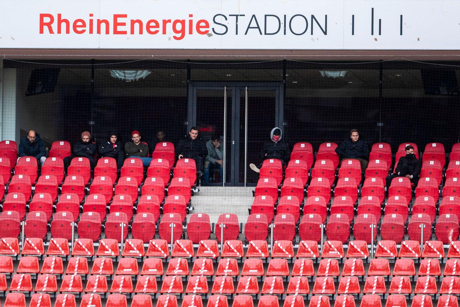 Köln, RheinEnergieStadion, 03.10.20: Spieler vom FC u.a. Jonas Hector (re.) auf der Zuschauertribüne im Spiel 1. Bundes