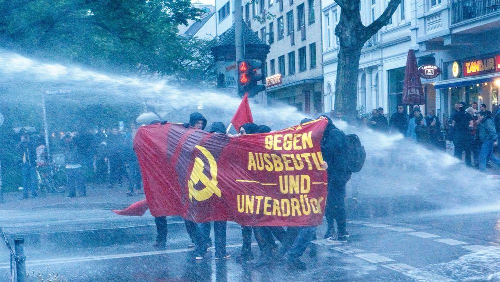 Demos und Partys am 1. Mai: Friedlicher Tag, Zusammenstöße am Abend