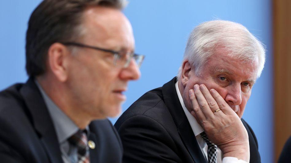 Horst Seehofer neben BKA-Chef Holger Münch (l.) in der Bundespressekonferenz