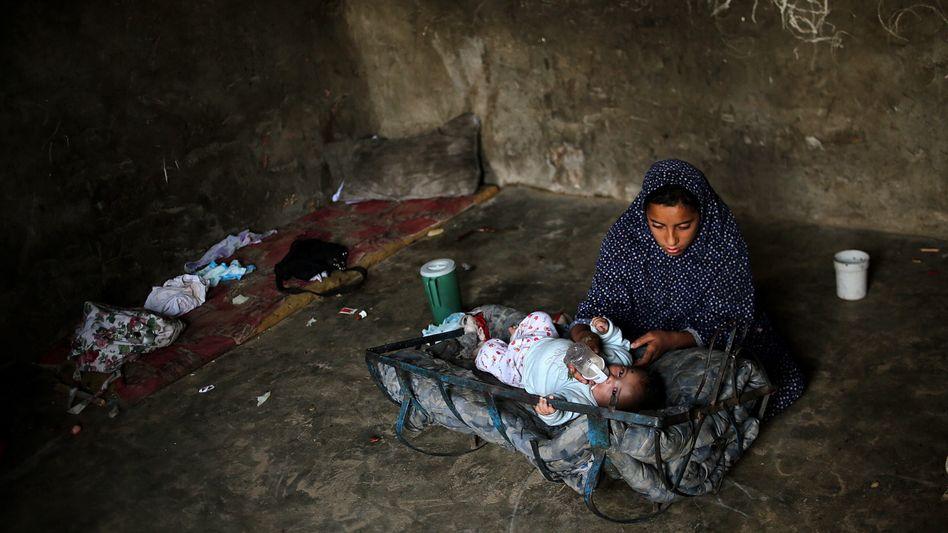 Mutter mit Kind in Gaza-Stadt: Täglich weniger als einen Euro zum Überleben