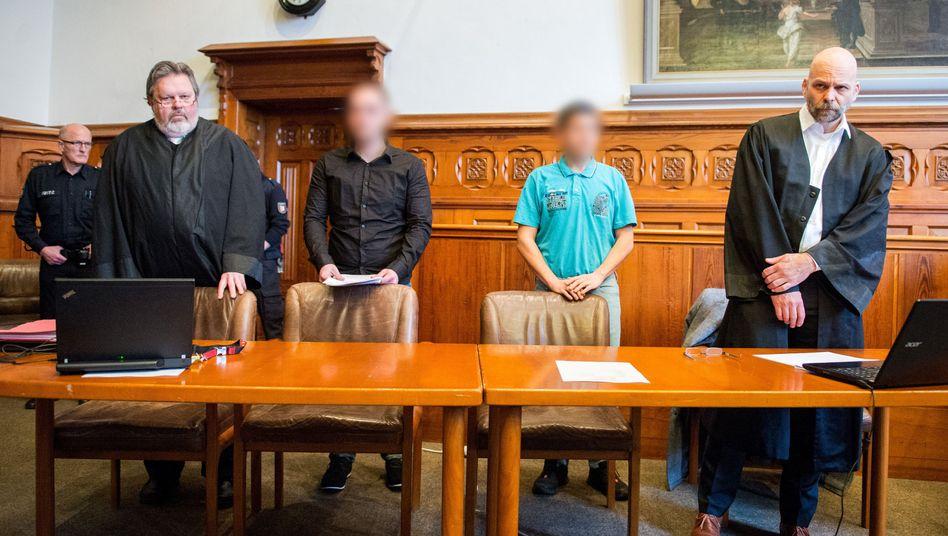 Die Angeklagten zwischen ihren Anwälten Burkhard Gerling (l) und Klaus Husmann (Archiv)