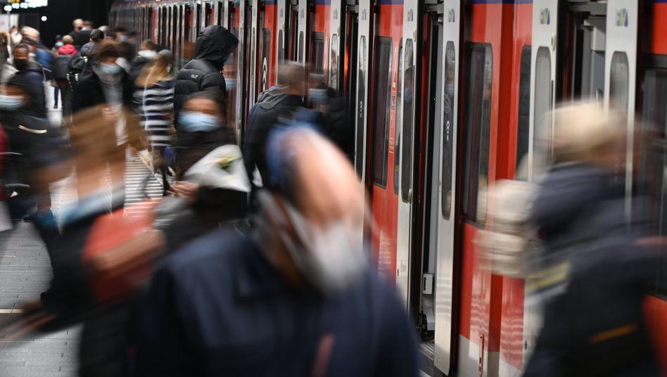 Öffentliche Verkehrsmittel sind einer Studie zufolge nur noch bei einer Gruppe relevant: Denjenigen, die sich keine Alternative leisten können (Symbolbild)