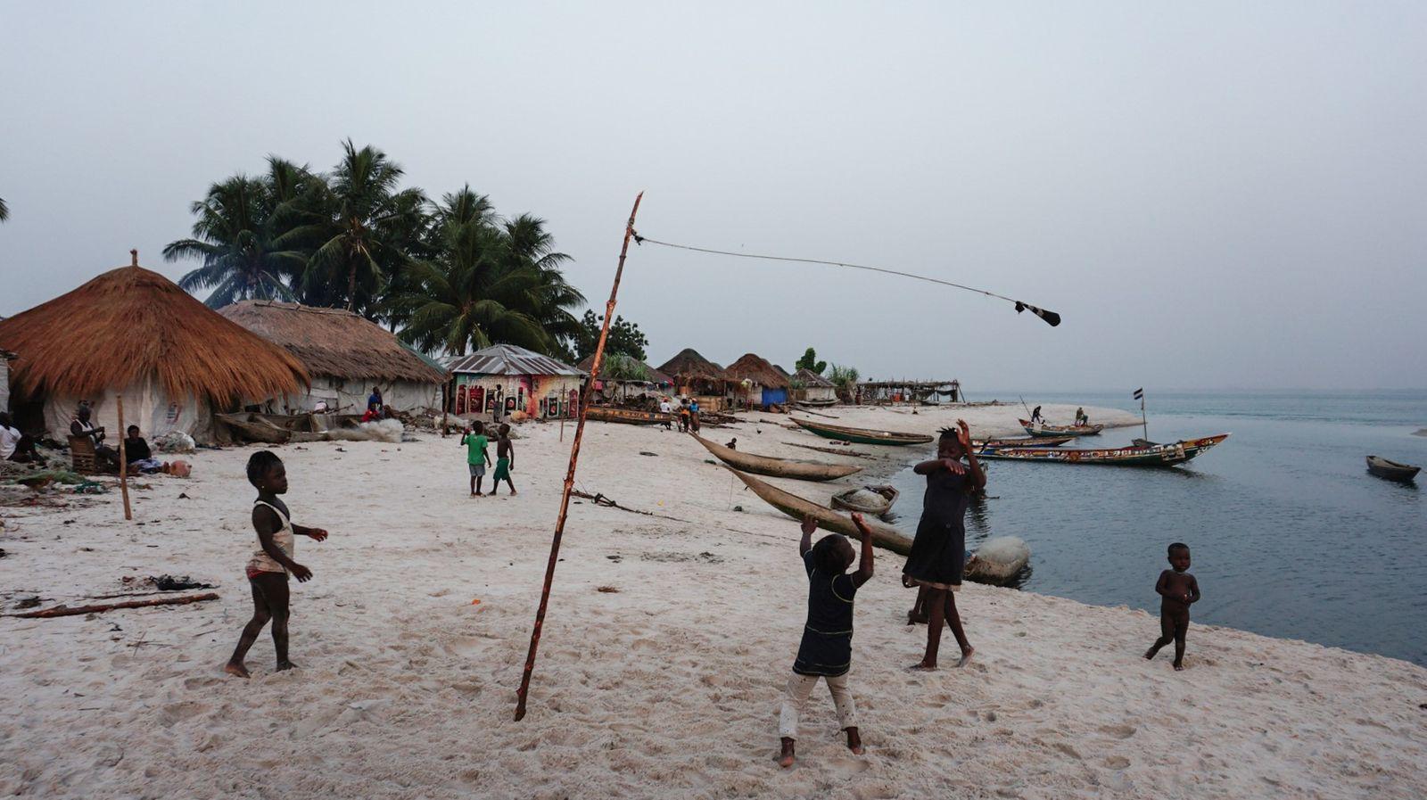 Spielende Kinder auf Nyangai - Saidu Bah