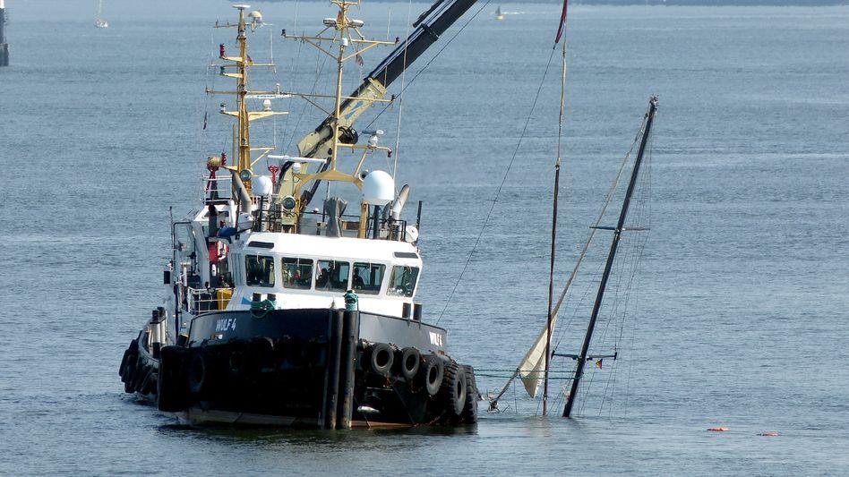 """Bergung der gesunkenen Ex-Admiral's-Cup-Siegerjacht """"Rubin"""", die am Dienstag in der Außenelbe vor Cuxhaven gesunken war"""