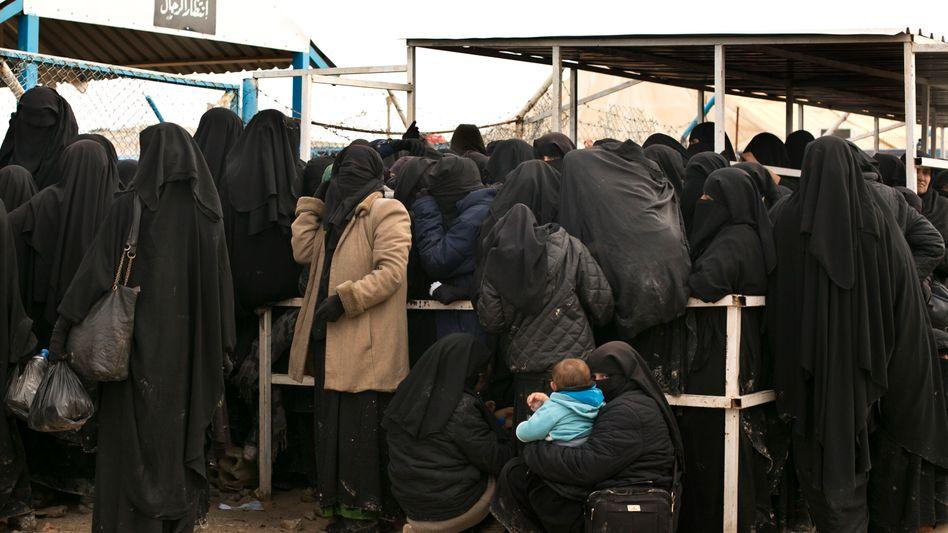Frauen stellen sich an für Hilfsgüter im Lager al-Haul. Mehr als 70.000 Flüchtlinge sind in dem von Kurden kontrollierten Lager untergekommen