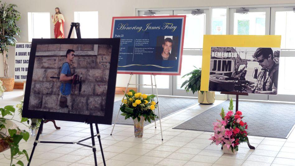 Trauerfeier: In seinem Heimatort Rochester erinnern Plakate an den ermordeten US-Journalisten James Foley