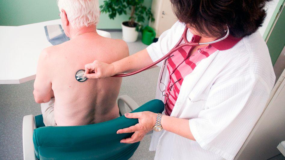 Hausärztin und Patient in Waiblingen (Archivbild)