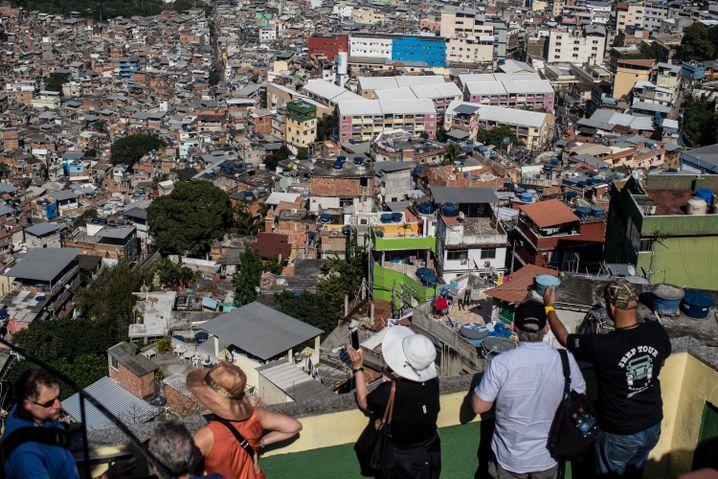 Olympia-Touristen vor einer Favela in Rio