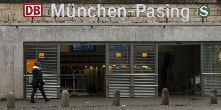 Eingang am Bahnhof in Pasing: Zweites Attentat beim Eintreffen der Rettungskräfte