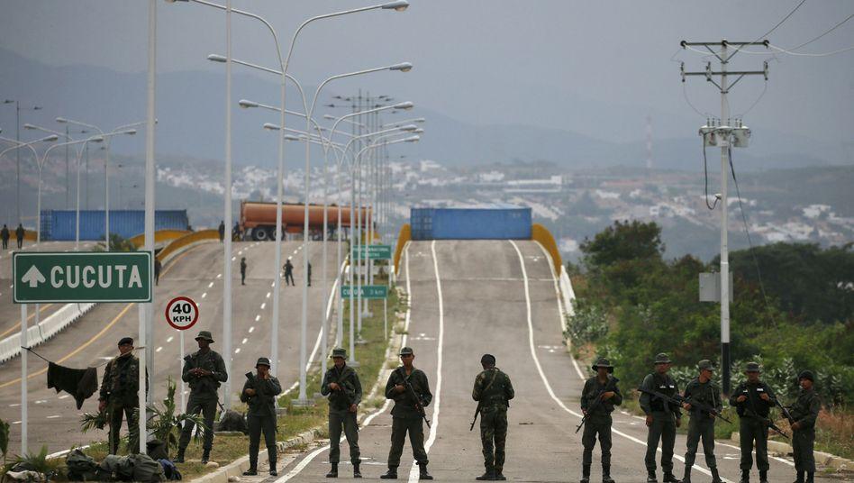Venezolanische Soldaten bewachen die Tienditas-Brücke