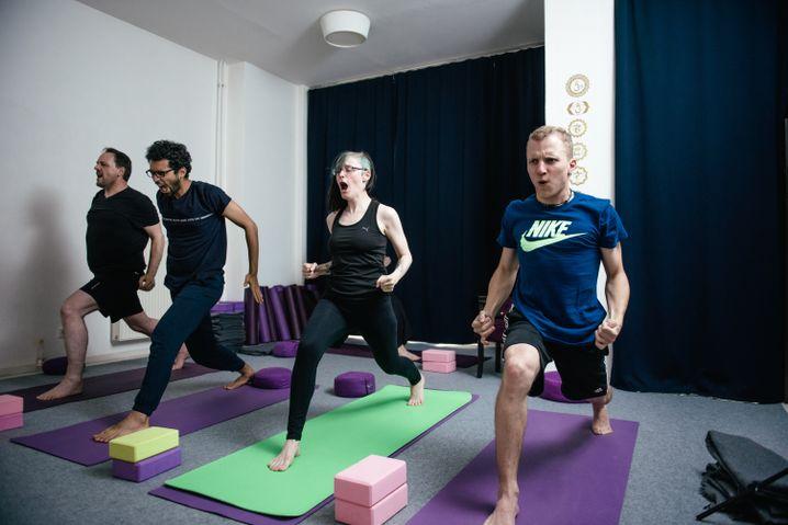 Besuch beim Heavy-Metal-Yoga