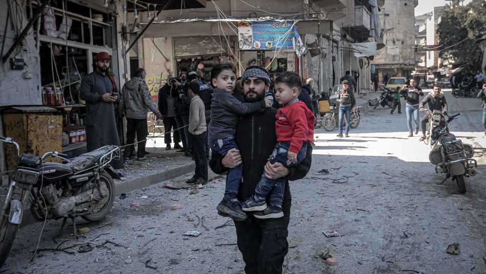 Zivilisten im zerstörten Idlib