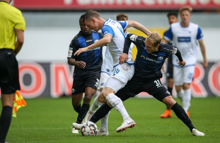 Paderborns Ben Zolinski (r.) mit Steffen Schäfer aus Magdeburg