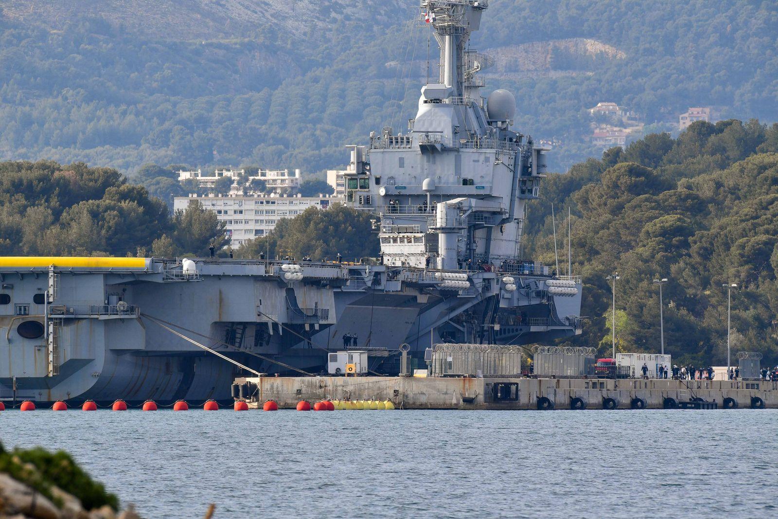 Coronavirus : Le porte avions nucleaire, Charles De Gaulle, de retour a Toulon et ses plus de 1.800 marins ont regagne