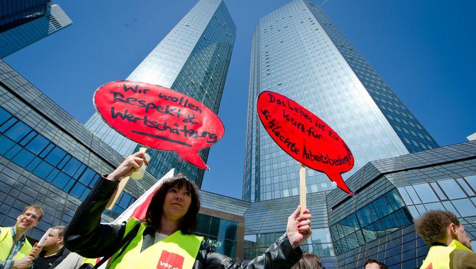 Protest von Postbank-Mitarbeitern vor Deutscher Bank: Trennung beschlossen