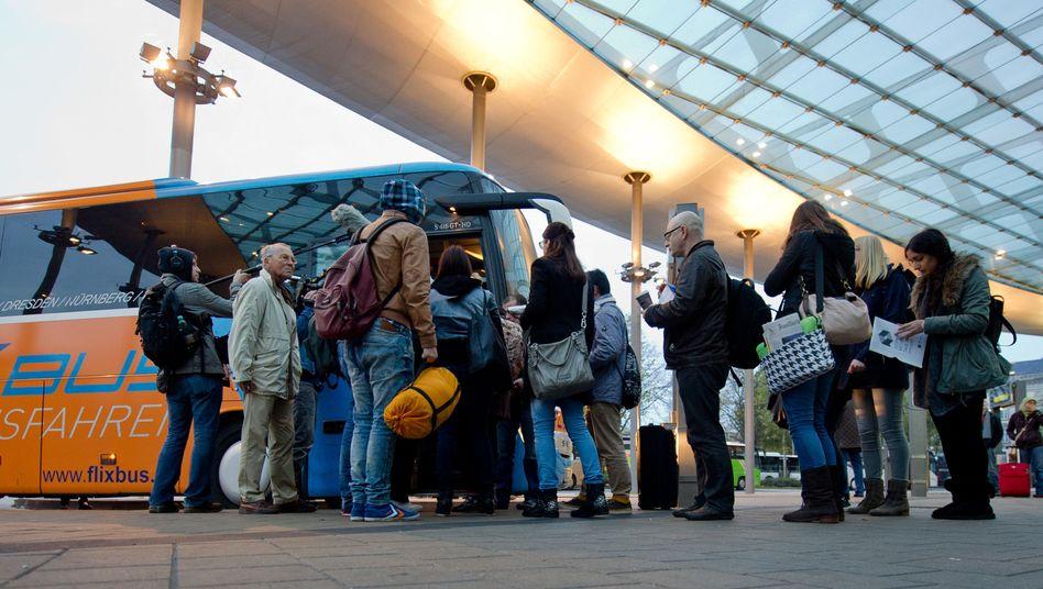 Reisende am Omnibusbahnhof in Hamburg (Archiv): Finanzielle Details unbekannt