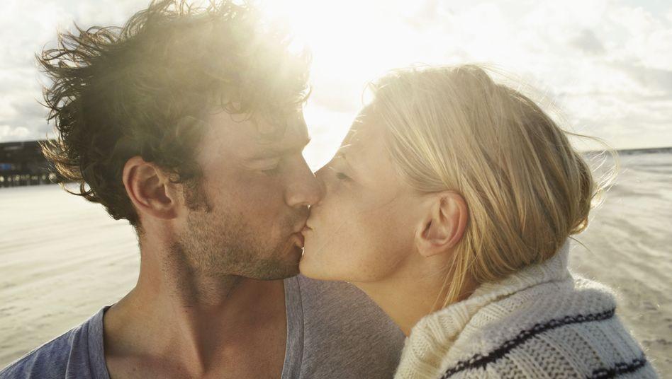 Küsse am Strand: Im Urlaub verlieben sich viele schneller als zu Hause
