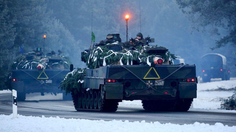 Kolonne mit Leopard-Panzern der Bundeswehr (Archivbild)