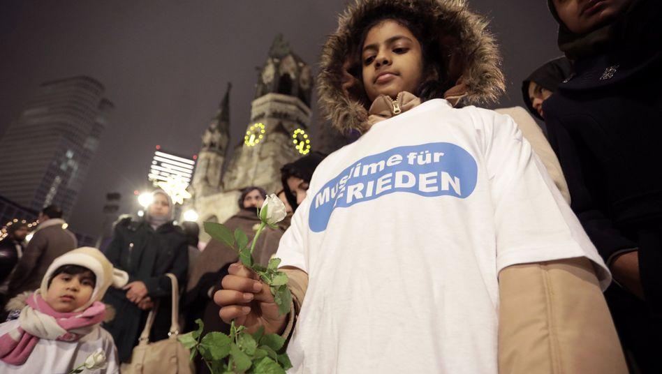 Demonstranten vor der Berliner Gedächtniskirche