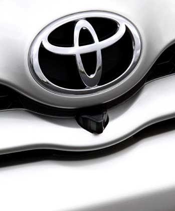 """Elegantes Logo: Die Topversion """"Executive"""" verfügt als erstes Fahrzeug in Europa über eine Frontkamera, die den toten Winkel beim Herausfahren aus schlecht einsehbaren Ausfahrten nahezu abschafft"""