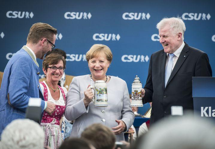 Unionschefs Merkel, Seehofer im Bierzelt