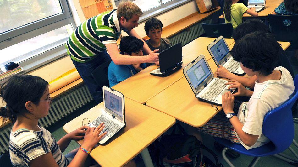 Lehrer und Schüler in Berlin (Archiv): Oft schlecht ausgestattet