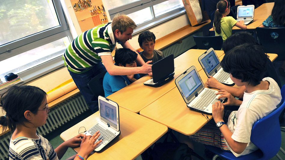 Laptops für die Lehrkräfte, bezahlbarer Netzzugang für alle Jugendlichen: Schülerinnen und Schüler in Berlin (Archivbild)