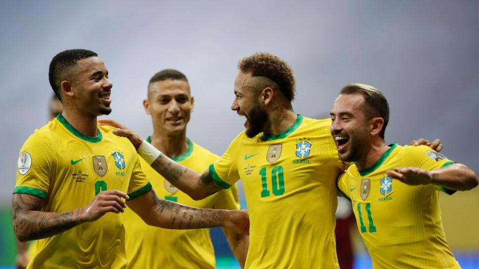 Neymar (3.v.l.) mit seinen Teamkollegen beim Spiel gegen Venezuela