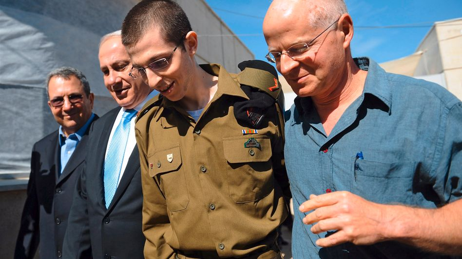 Gilad Shalit (center) with his father (right) and Israeli Prime Minister Netanyahu on the day of his release in October 2011.