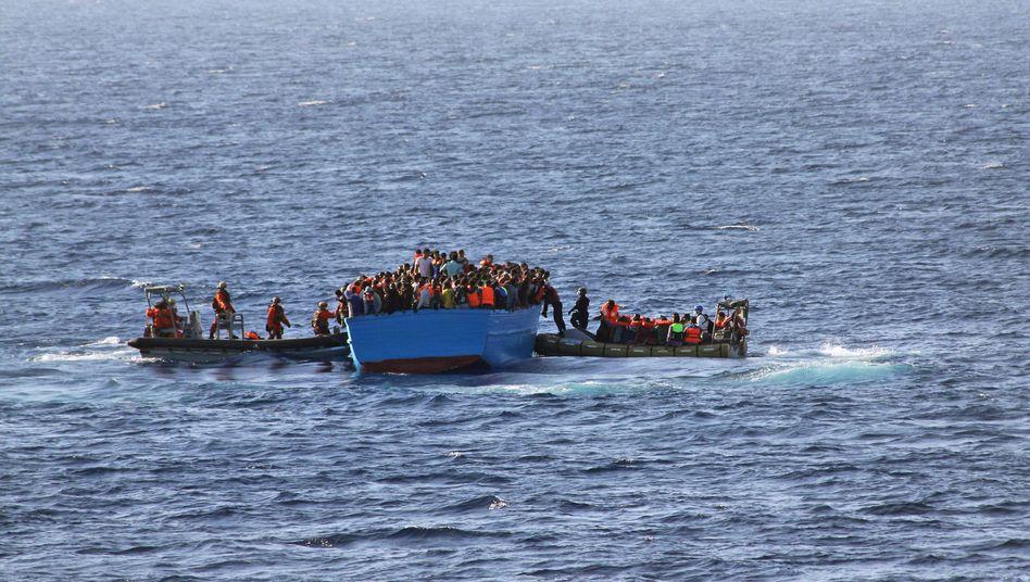 Soldaten der Marine retten Flüchtlinge (Archivaufnahme): 767 Menschen an einem Tag an Bord geholt