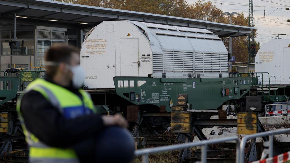 Polizisten sichern den Castor-Transport bei der Durchfahrt in Hessen