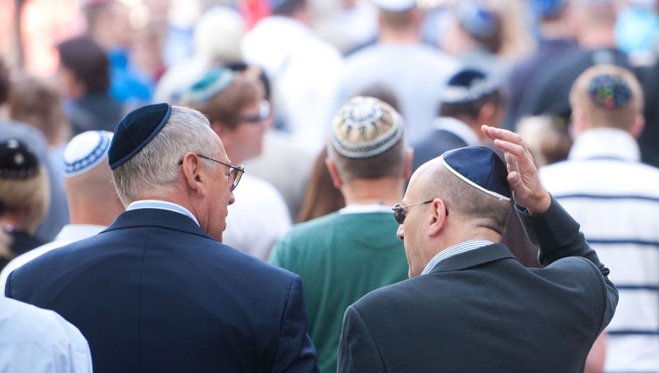 Jüdische Gläubige mit Kippa in Berlin: Gefahr in bestimmten Stadtteilen?