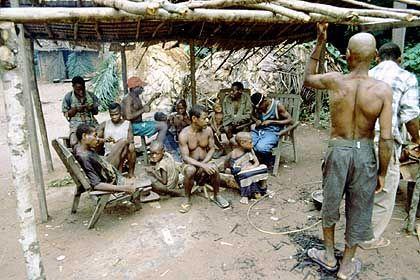 Versammlung: Auf dem Mbanjo treffen sich die Männer des Dorfes