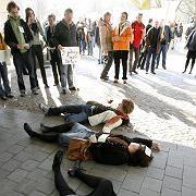 Protest gegen Gebühren: Hamburger Studenten legen sich Politikern von CDU und GAL in den Weg