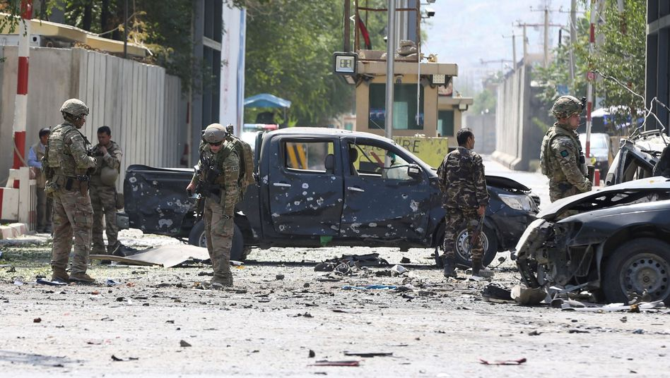 Nato-Soldaten am Anschlagsort in Kabul