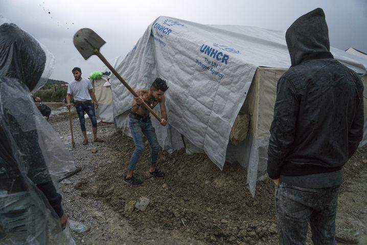 Improvisierte Flüchtlingszelte auf Lesbos