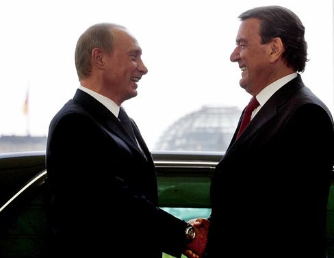 """Putin and Schröder in Berlin in 2005: """"Europe will only be able to play a true role in the context between America, on the one side, and Asia, on the other, if it manages to establish and maintain a strong relationship with Russia."""""""