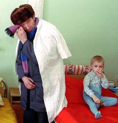 Heimliche Tränen: Großvater mit krebskrankem dreijährigen Enkel im Krankenhaus von Gomel, Weißrussland