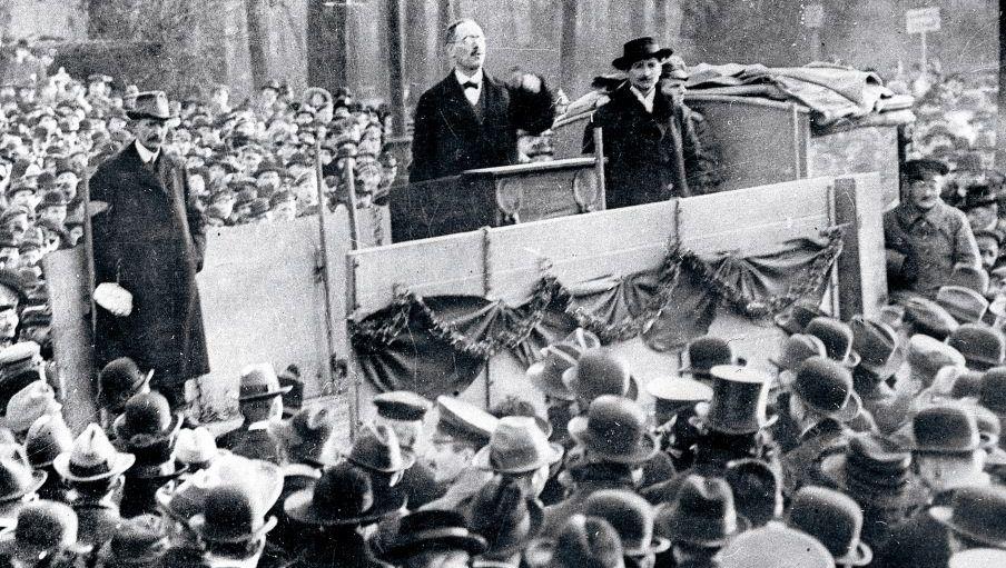 Karl Liebknecht bei einer Rede im Berliner Tiergarten, 1918