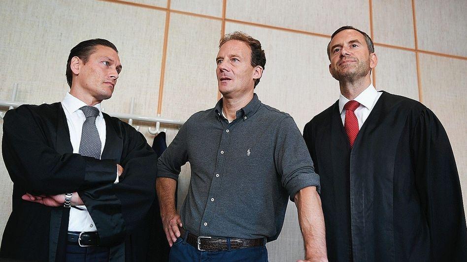 Angeklagter Falk (Mitte), Verteidiger