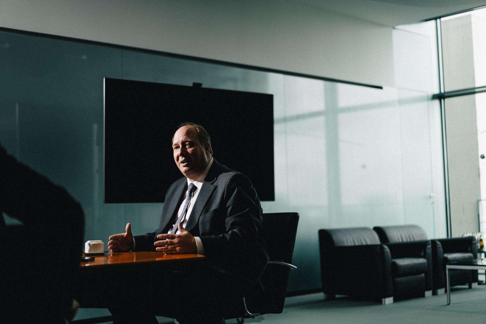Helge Braun, CDU, Chef des Bundeskanzleramts, Bundesminister für besondere Aufgaben unter Angela Merkel, in seinem Büro im Kanzleramt