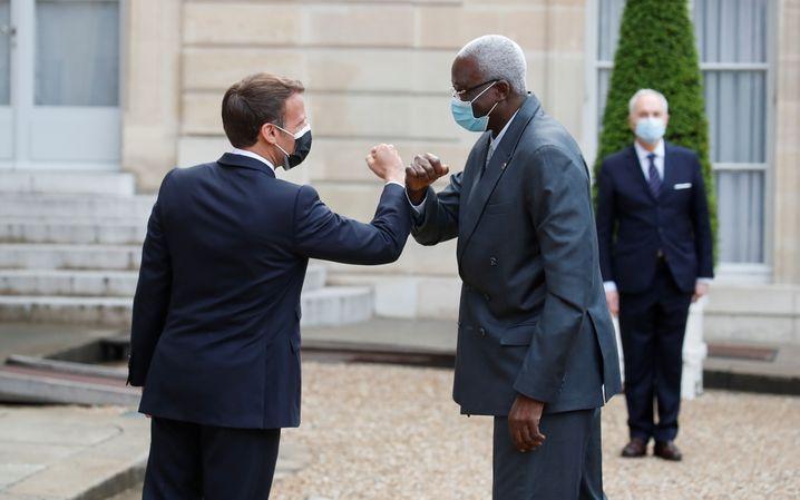 El president francès Emmanuel Macron dóna la benvinguda a Bah N'Daw, el president interí de Mali.